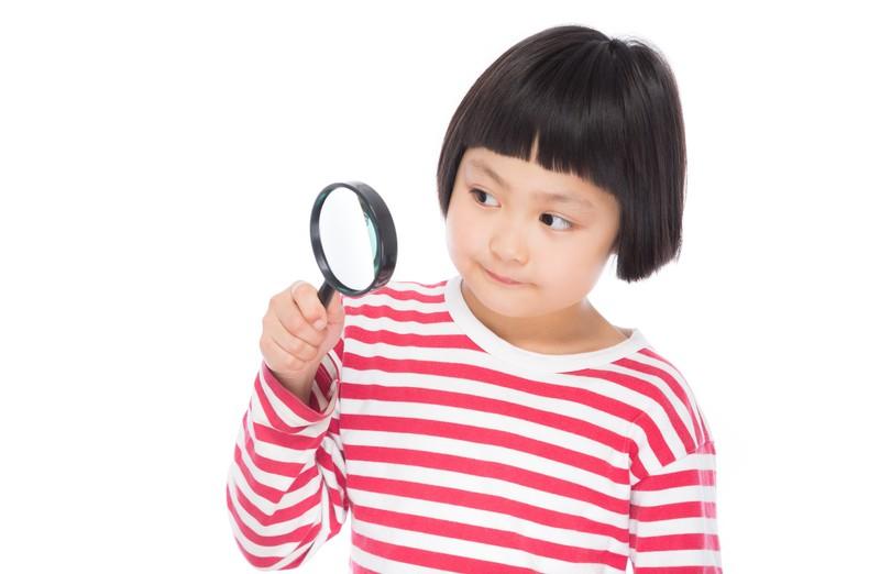 虫眼鏡と子ども